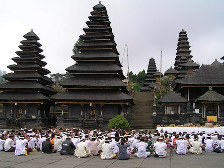 http://www.yogi.lt/wp-content/uploads/2013/01/bali-sala_hindu.jpg